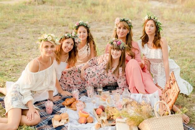 Chicas de picnic al aire libre
