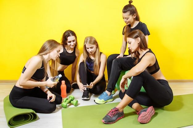 Chicas preparando música para el entrenamiento.