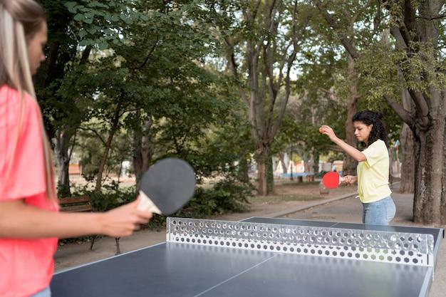 Chicas de primer plano jugando tenis de mesa