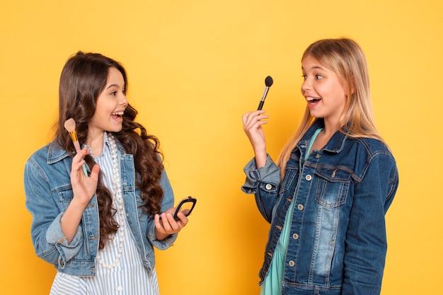 Chicas con productos de maquillaje