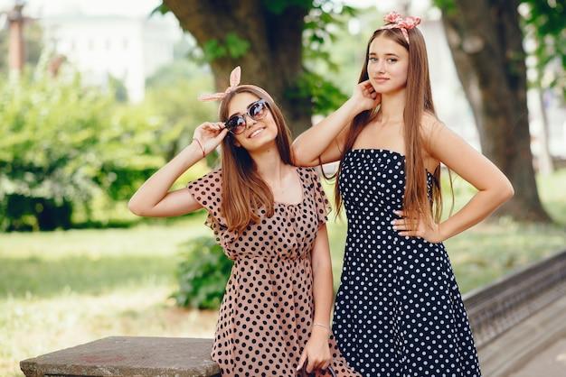Chicas retro en una ciudad
