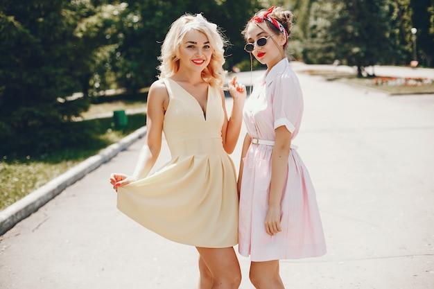 Chicas retro en un parque