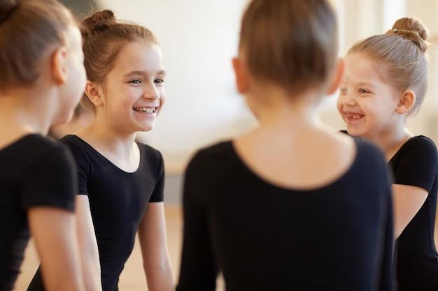 Chicas riendo en clase de baile