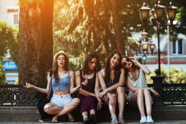 Chicas sentadas en la calle