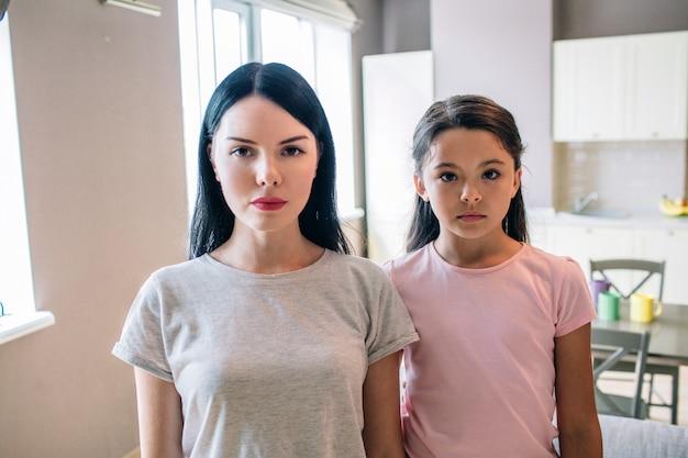 Las chicas serias y concentradas están mirando a la cámara. están tristes y enojados.