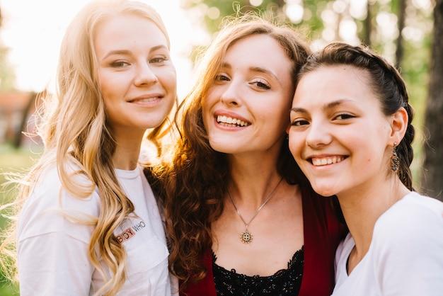 Chicas sonrientes en la naturaleza Foto gratis