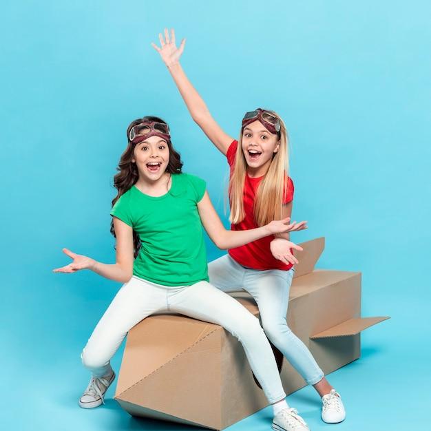 Chicas sonrientes, sentado en el barco volador de dibujos animados