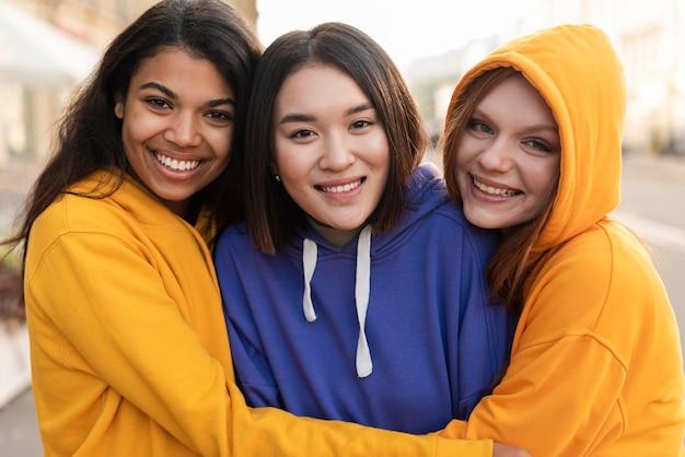 Chicas sonrientes siendo amigas incluso con diferencias étnicas