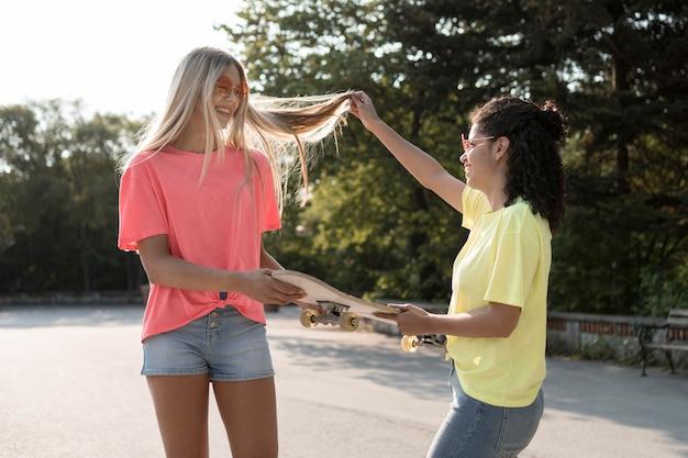 Chicas sonrientes de tiro medio al aire libre