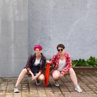 Chicas de tiro completo posando juntos