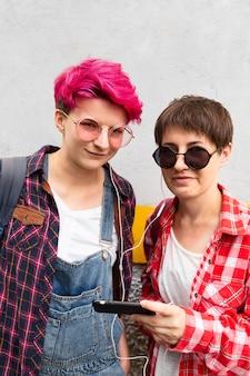 Chicas de tiro medio con auriculares