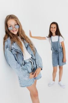 Chicas de tiro medio con gafas geniales