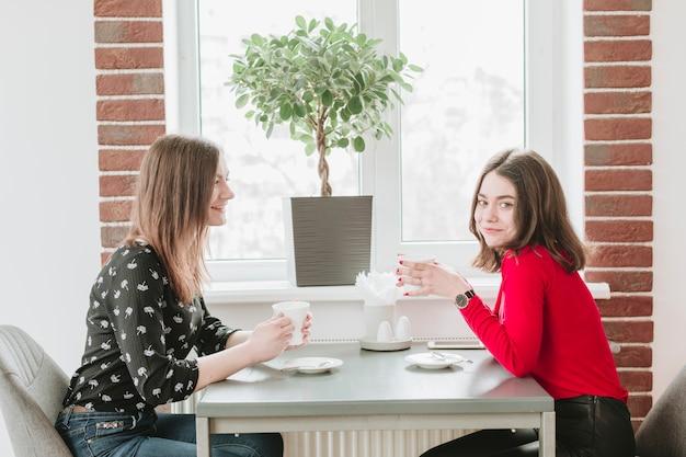 Chicas tomando café en un restaurante