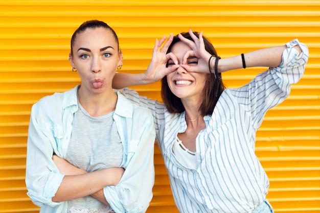 Chicas de la vista frontal haciendo caras tontas mientras miran la cámara