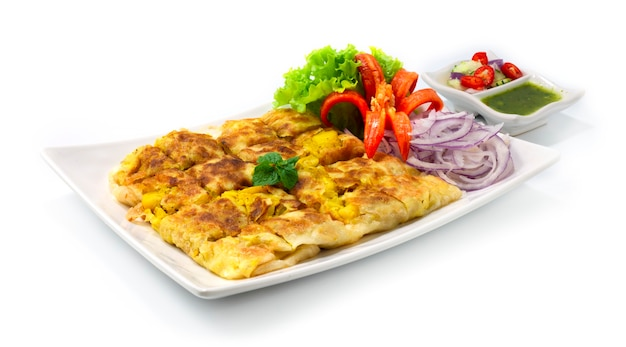 Chicken murtabak auténtico famoso pan plano malayo con huevo, cebolla, patatas y relleno de pollo picado.
