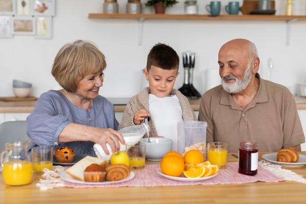 Chico y abuelos felices de tiro medio