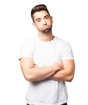 Chico aburrido con camiseta blanca