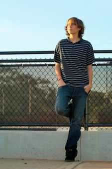 Chico adolescente en la acera