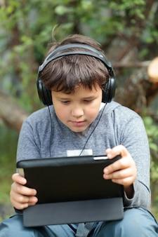 Chico adolescente en auriculares con almohadilla