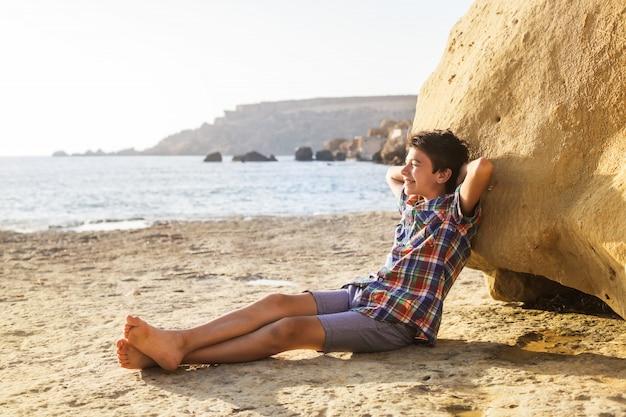 Chico adolescente en la playa