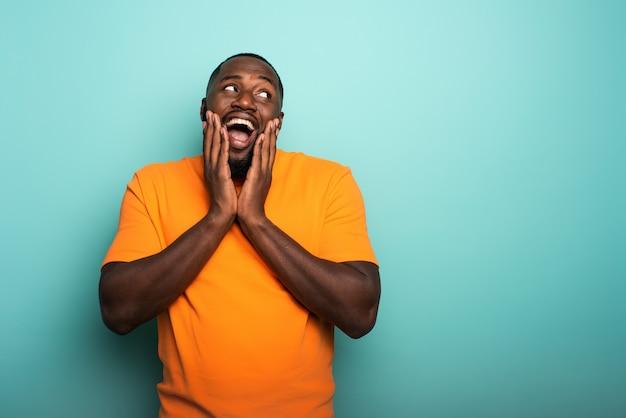 Chico afro alegre y feliz sobre cian