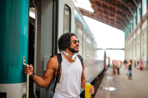 Chico afro tomando un tren