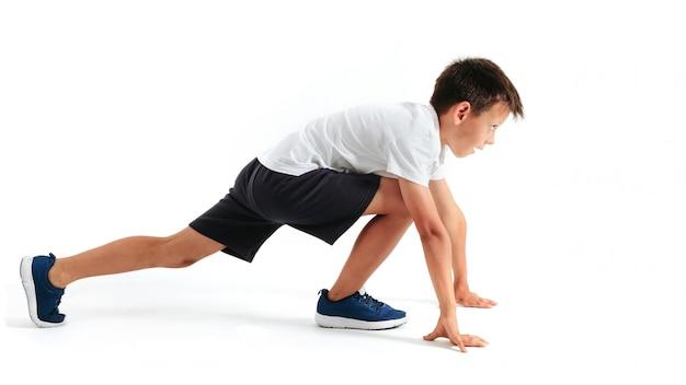 Un chico está al principio para correr