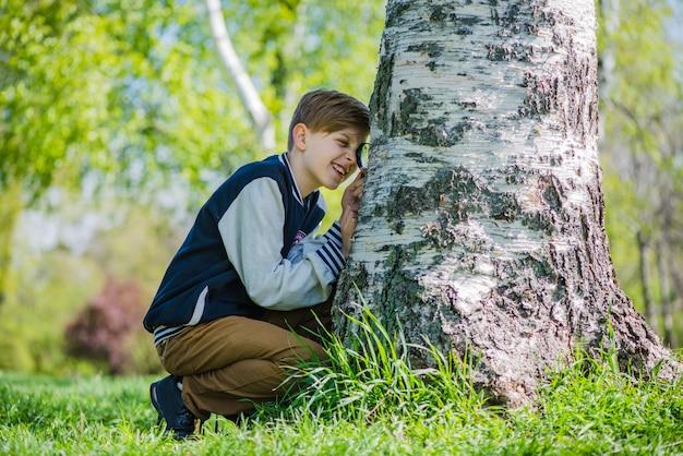 Chico analizando de cerca un tronco