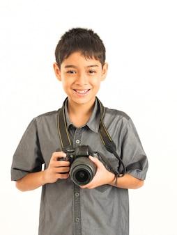 Chico asiático con cámara réflex digital sobre fondo blanco
