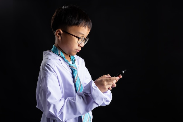 Chico asiático imita a adulto con smartphone