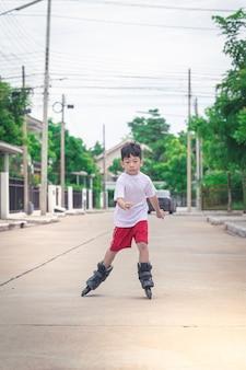 Chico asiático está jugando patinar