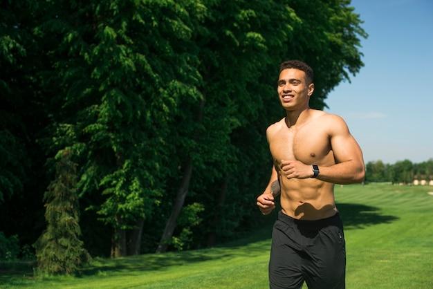 Chico atlético practicando deporte al aire libre