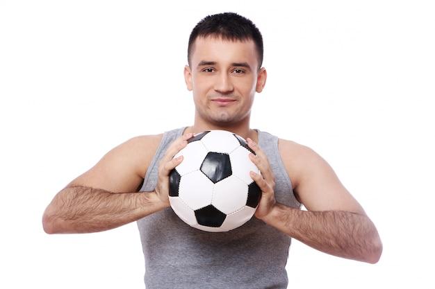 Chico atractivo con balón de fútbol