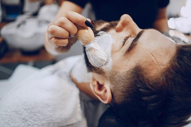Chico en la barbería
