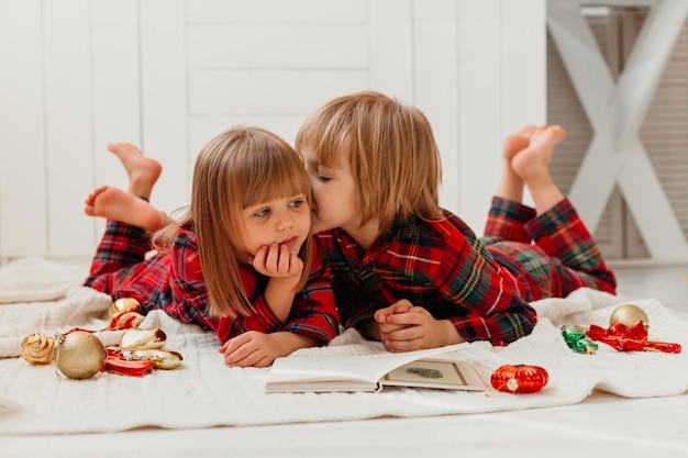 Chico besando a su hermana en la mejilla