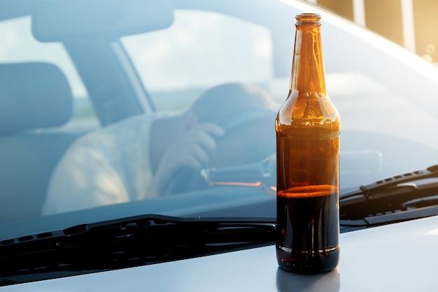Chico borracho en el coche