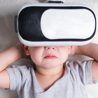 Chico con casco de realidad virtual