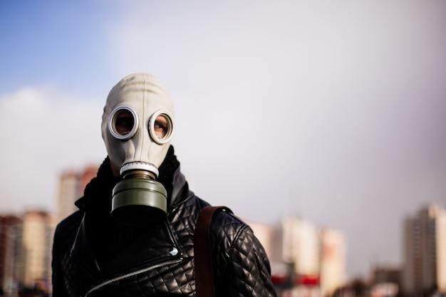 Chico casual en una máscara de gas