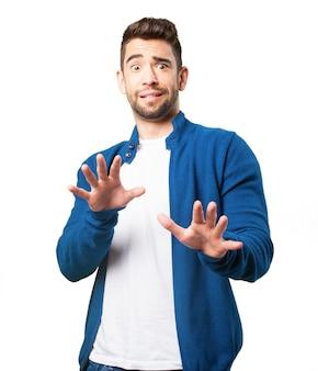 Chico con chaqueta azul asustado