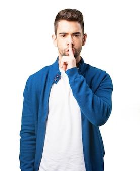Chico con chaqueta azul pidiendo silencio