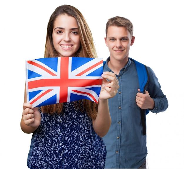 Chico y chica  con una bandera inglesa