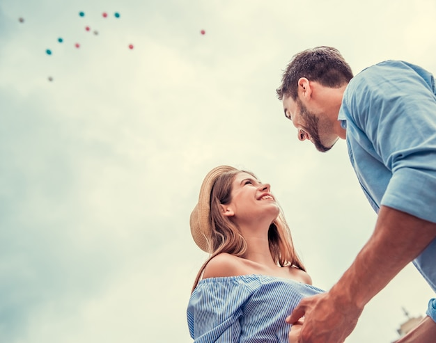 Chico y chica se miran y sonríen. alegre joven pareja se miran y son felices.