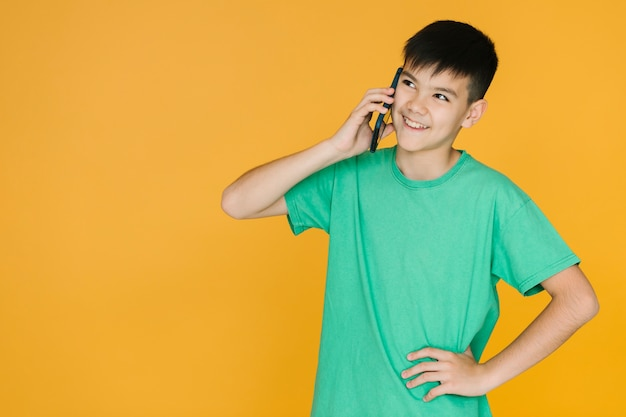 Chico conversando por telefono