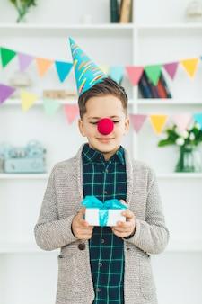 Chico de cumpleaños con regalos