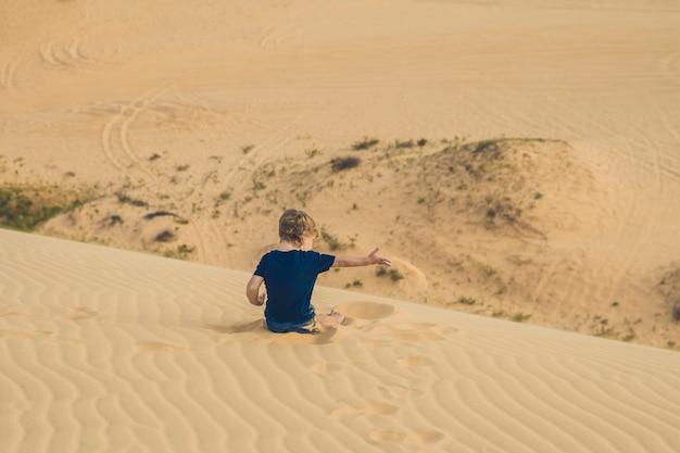 Chico en el desierto