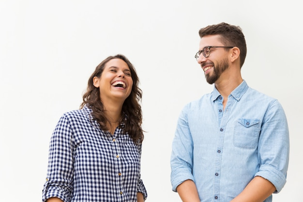 Chico divertido positivo haciendo reír a su novia