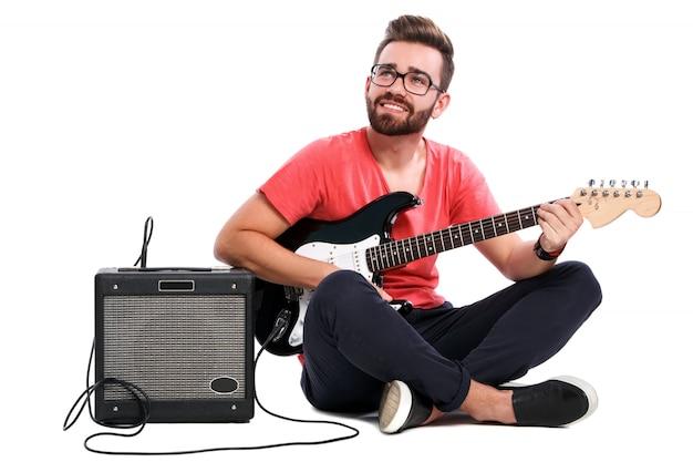 Chico elegante con una guitarra