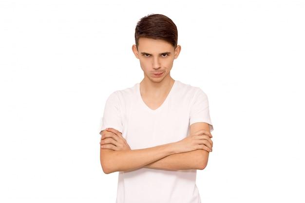 Chico erious en camiseta blanca, aislante