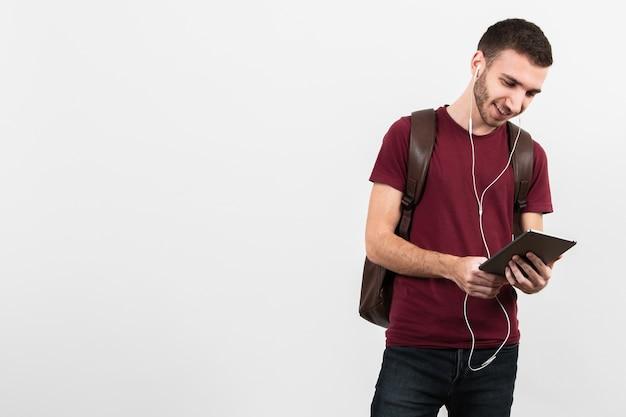 Chico escuchando música con copia espacio de fondo