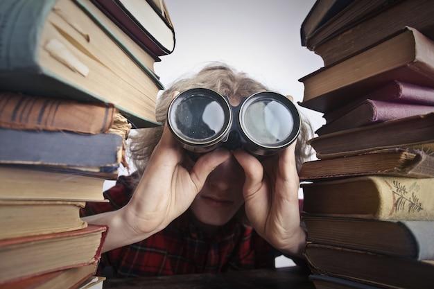 Chico estudiante con binoculares